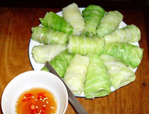 Chế biến món bắp cải cuộn thịt sốt cà chua