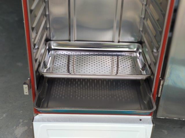 Xếp khay trong tủ nấu cơm công nghiệp